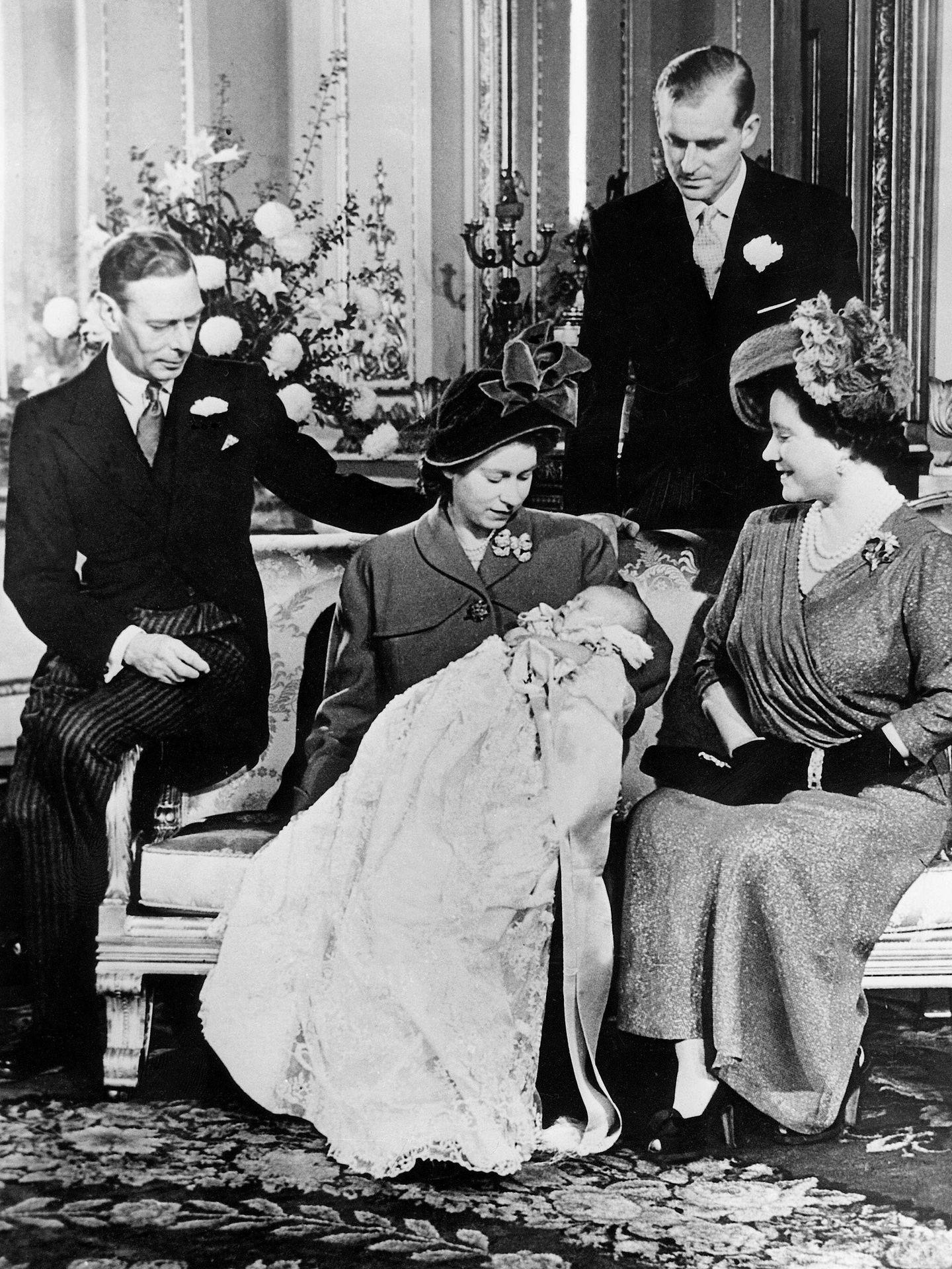 Isabel, entonces princesa, y Felipe presentan a su primer hijo, el príncipe Carlos. (Cordon Press)