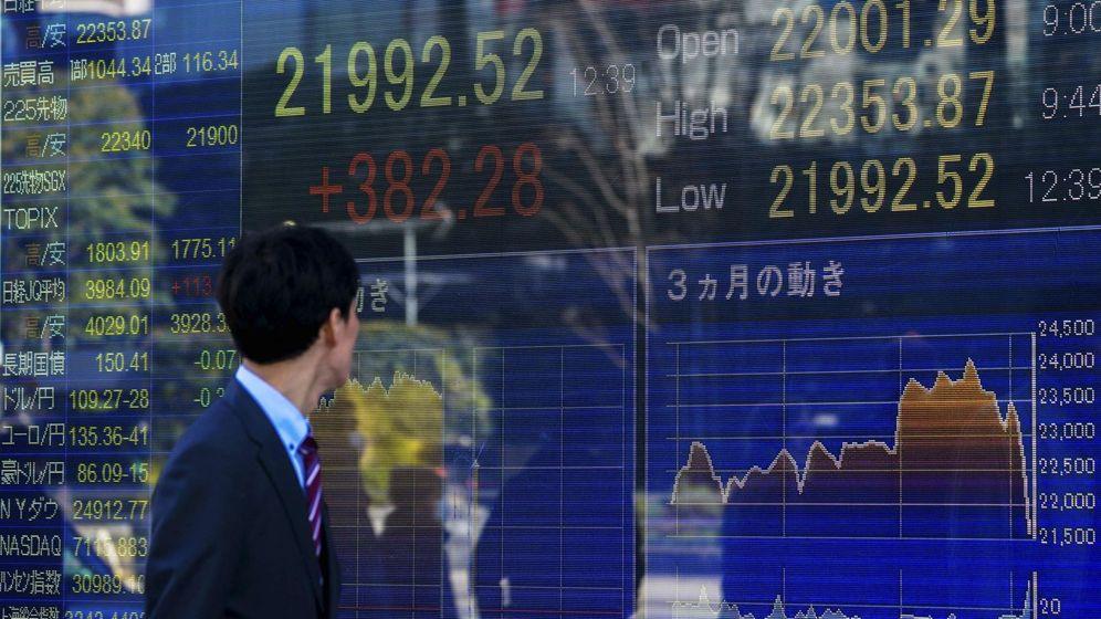 Foto: Un hombre de negocios observa una pantalla que muestra indicadores financieros en Tokio. (Efe)