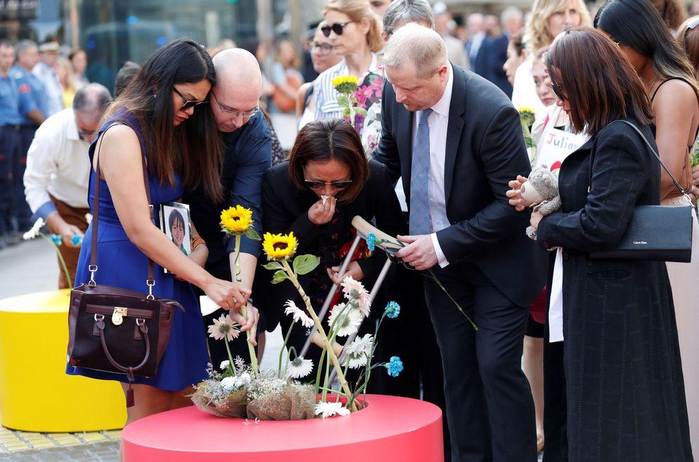 Foto: Imagen de la ofrenda floral en el mosaico de Joan Miró de La Rambla de Barcelona el viernes. (EFE)