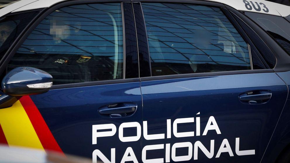 La policía salva a un hombre que fabricó un sistema de poleas para acuchillarse
