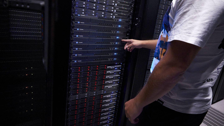 Un técnico trabaja en uno de los 'racks' de servidores. (Jesús Hellín)