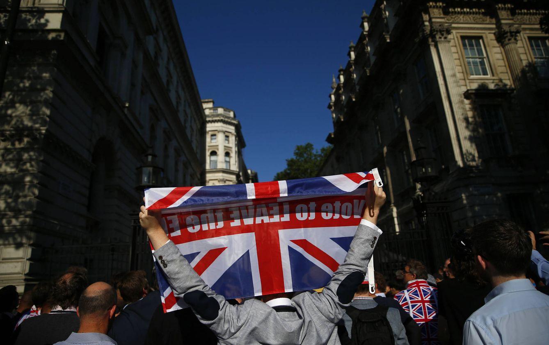 Foto: Un votante de Leave celebra el resultado del referéndum frente a Downing Street, en Londres, el 24 de junio de 2016 (Reuters).