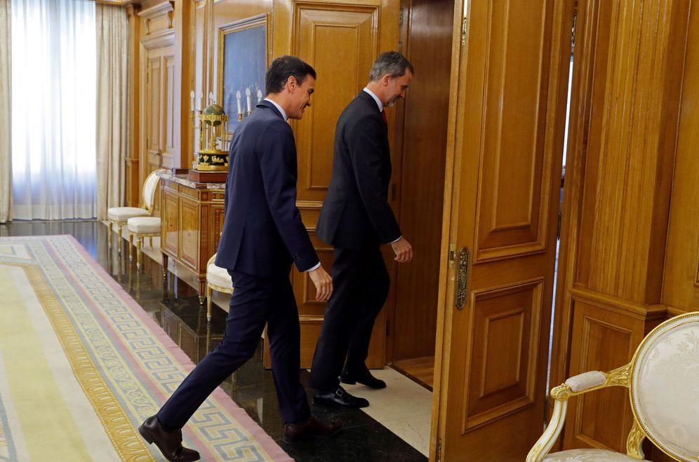 Foto: Pedro Sánchez entra a su audiencia con el rey Felipe VI en la Zarzuela, este 6 de junio. (Reuters)