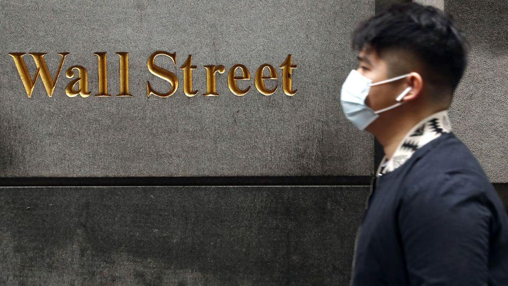 Foto: Un hombre pasea por Wall Street. (Reuters)