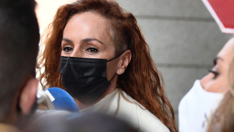 Rocío Carrasco atiende a su salida de los juzgados de Alcobendas donde ha asistido para declarar por un delito de abandono del hogar. (EFE)