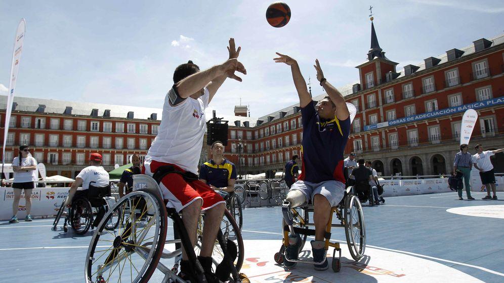 Foto: Dos jugadores del equipo paralímpico español en la Plaza Mayor de Madrid. (Paolo Aguilar/EFE)