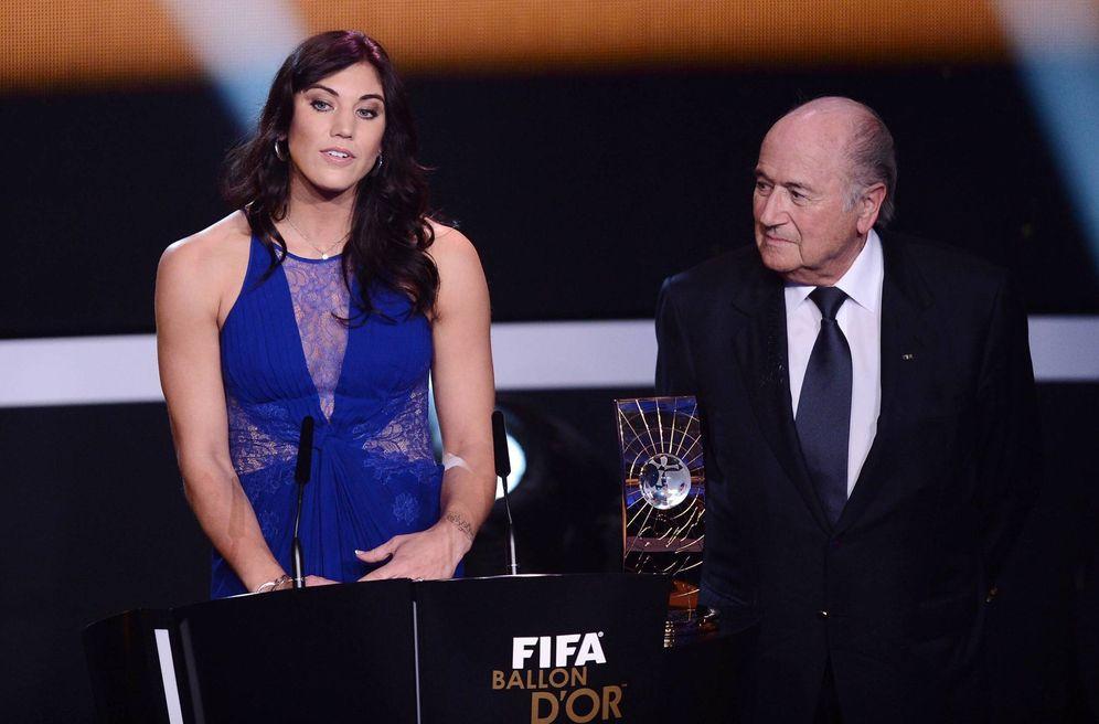 Foto: En la imagen, Hope Solo junto a Blatter. (Cordon Press)