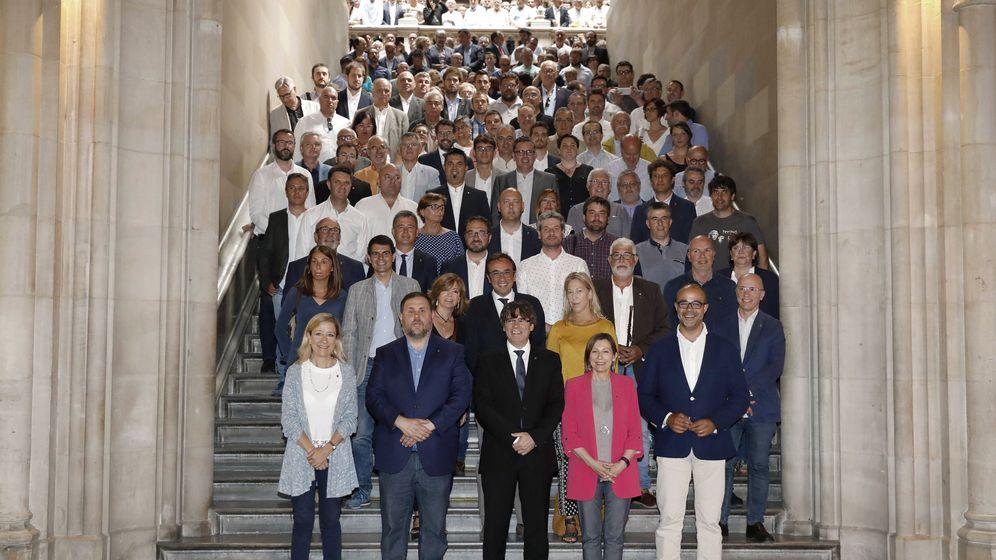 Foto: En el extremo izquierda Neus Lloveras, presidenta de la Asociación de Municipios por la Independencia, y en el derecho Miquel Buch,  presidente de la Asociación Catalana de Municipios. (EFE)
