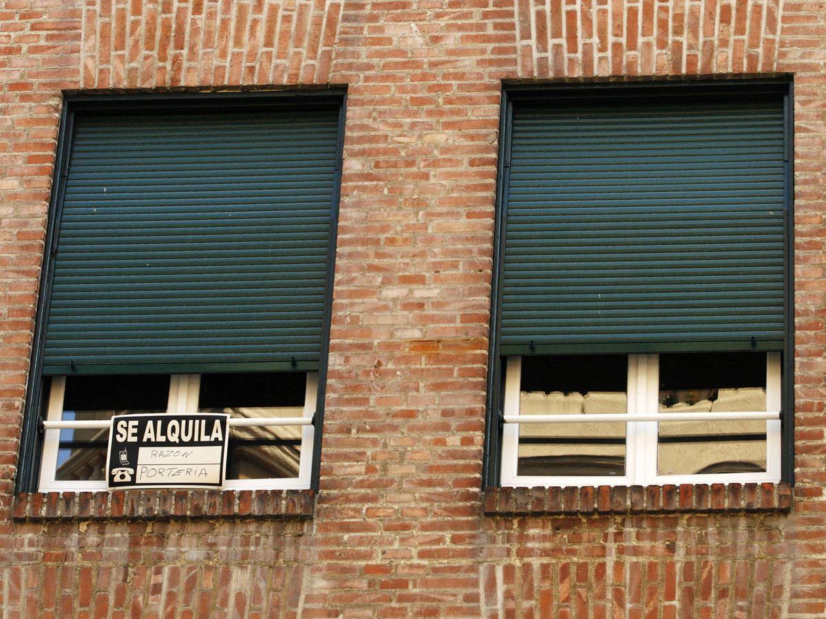 Foto: Un cartel de 'se alquila', en una vivienda de Madrid. (Reuters)