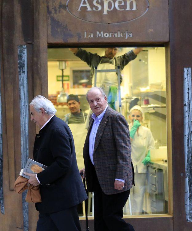Foto: Don Juan Carlos con Miguel Arias saliendo del restaurante Aspen de La Moraleja (Gtres)