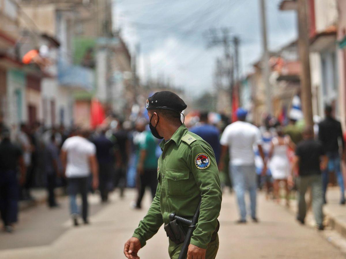 Foto: Un integrante de las brigadas especiales, durante las protestas. (EFE)
