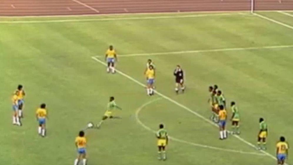 Foto: Mwepu Ilunga, en el momento de golpear el balón ante Brasil. (CC)