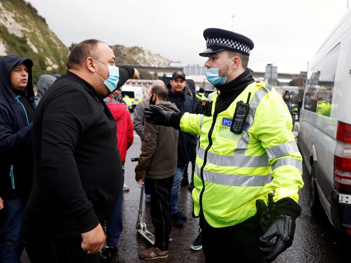 Foto: Forcejeos entre camioneros y la Policía en Dover. (Reuters)