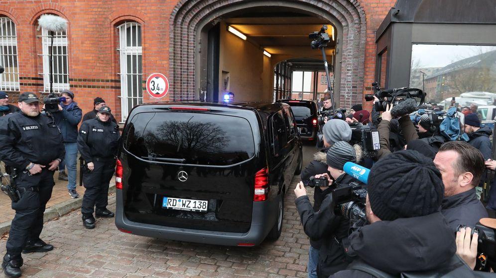 Foto: Una furgoneta sin identificar llega a la cárcel de Neumünster, donde ha sido trasladado Puigdemont. (EFE)