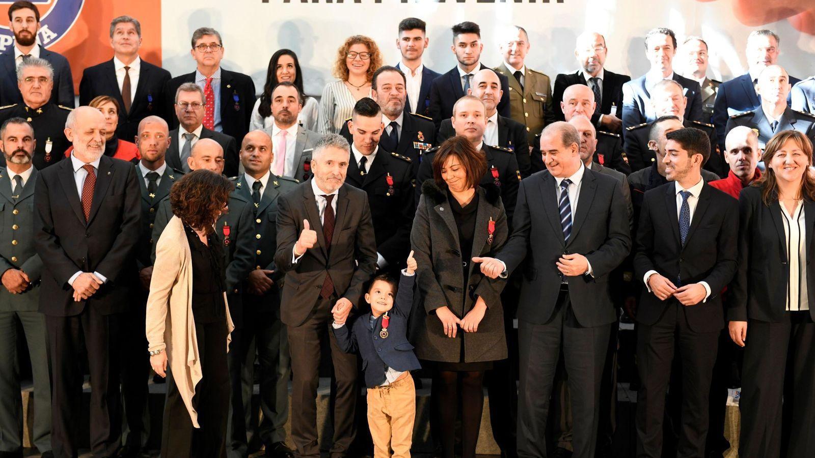 Foto: Luca, junto al ministro Fernando Grande-Marlaska y al resto de condecorados (EFE/Víctor Lerena)