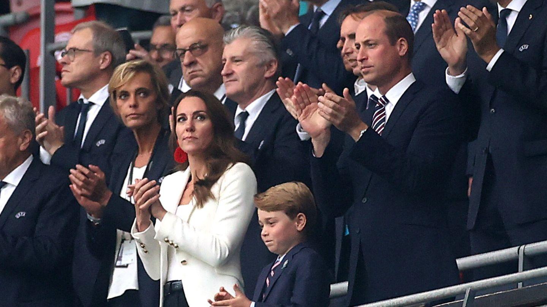 Guillermo y Kate Middleton acudieron al partido con su hijo George. (Reuters)