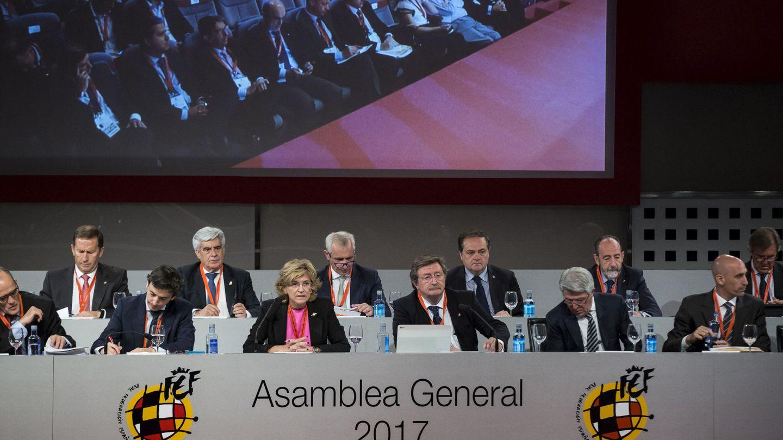 Larrea, con Rubiales a la izquierda de Cerezo, presidió la última Asamblea General de la RFEF. (EFE)