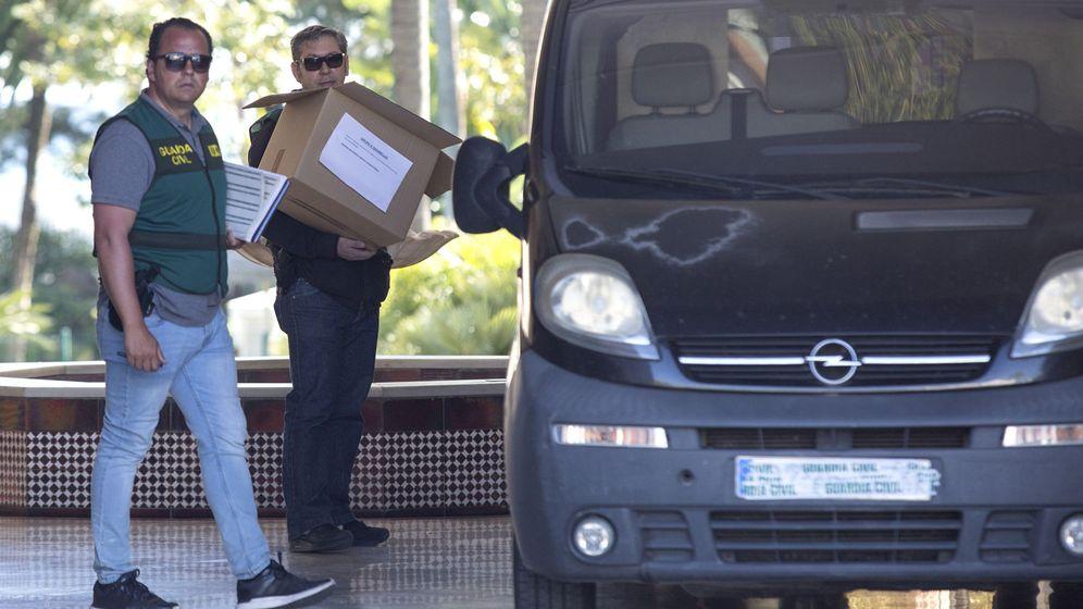 Foto: Efectivos de la Guardia Civil portan cajas en la puerta del edificio Gray d'Albion. (EFE)
