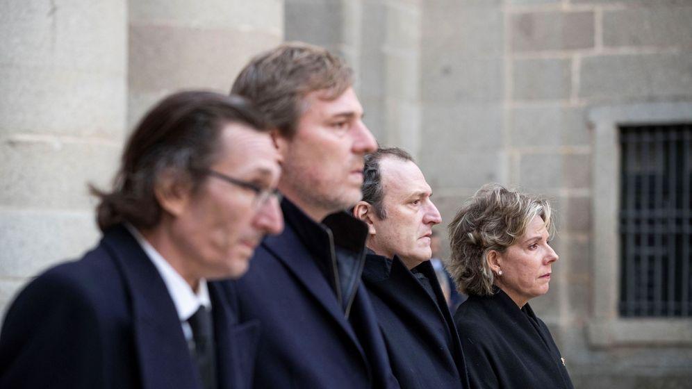 Foto: De izquierda a derecha: Fernando, Beltrán, Juan y Simoneta Gómez-Acebo, en el funeral de su madre. (EFE)