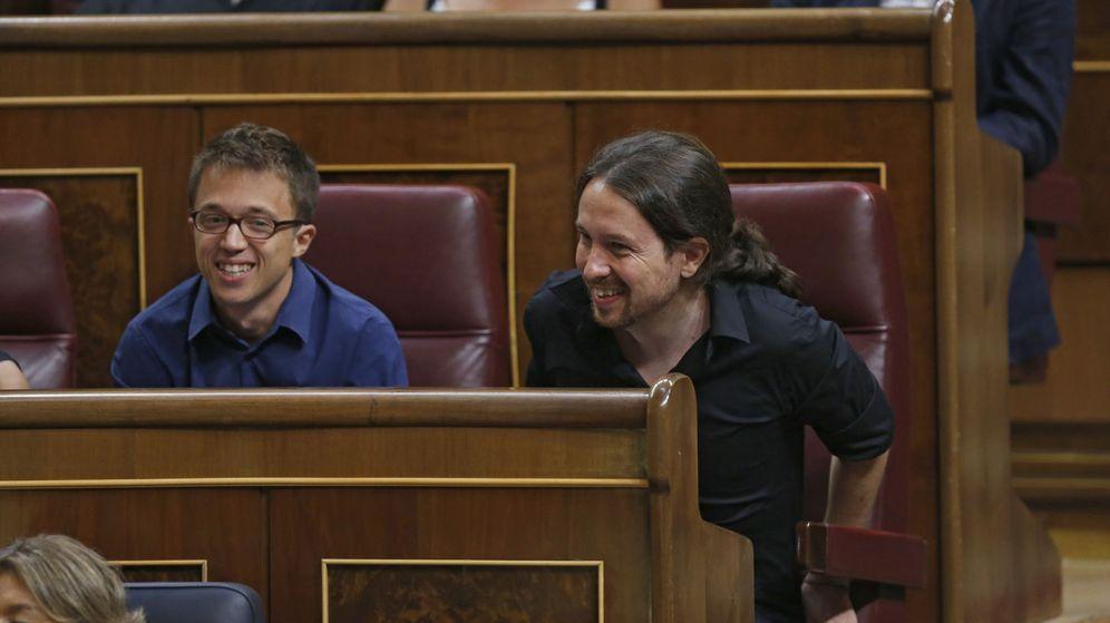 Foto: El secretario general de Podemos, Pablo Iglesias (d), y el portavoz parlamentario, Iñigo Errejón (i), en sus escaños del Congreso de los Diputados. (EFE)