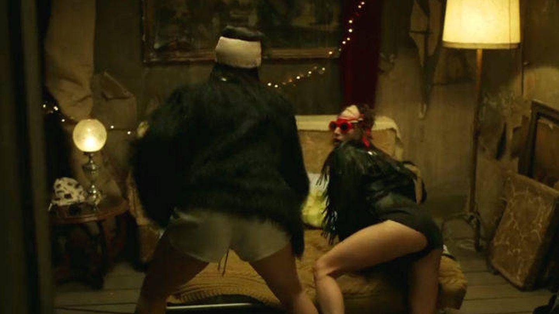 Los personajes de Úrsula Corberó y Alba Flores hacen twerking.