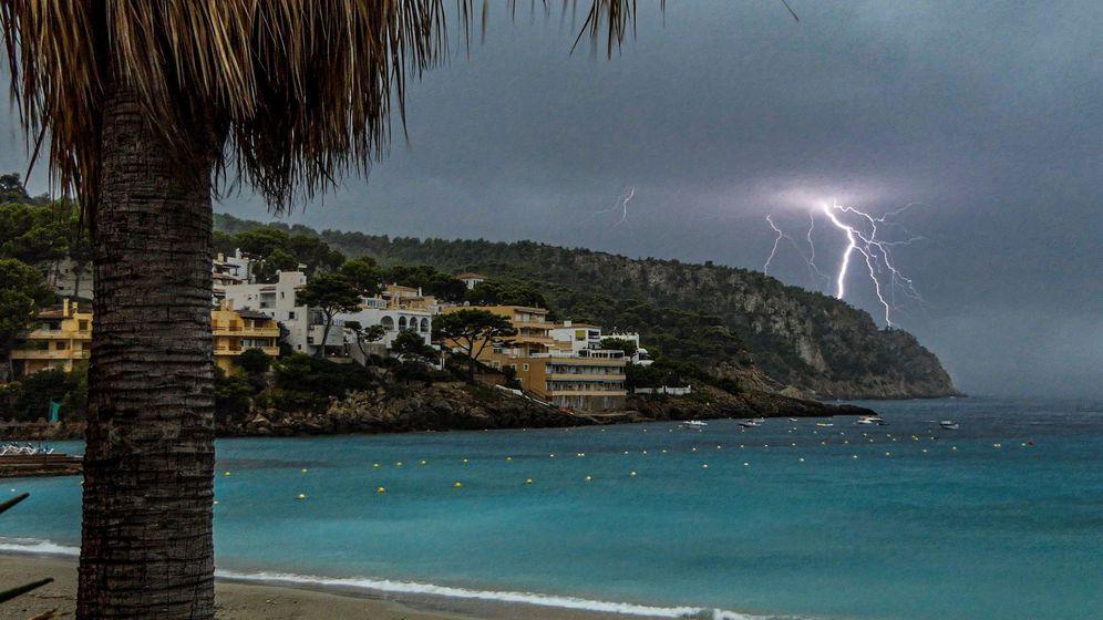 Foto: Un rayo cae sobre una playa de Baleares. (EFE)