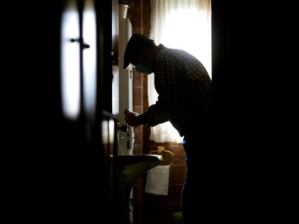 Foto: Un anciano en su casa de A Coruña. (EFE)