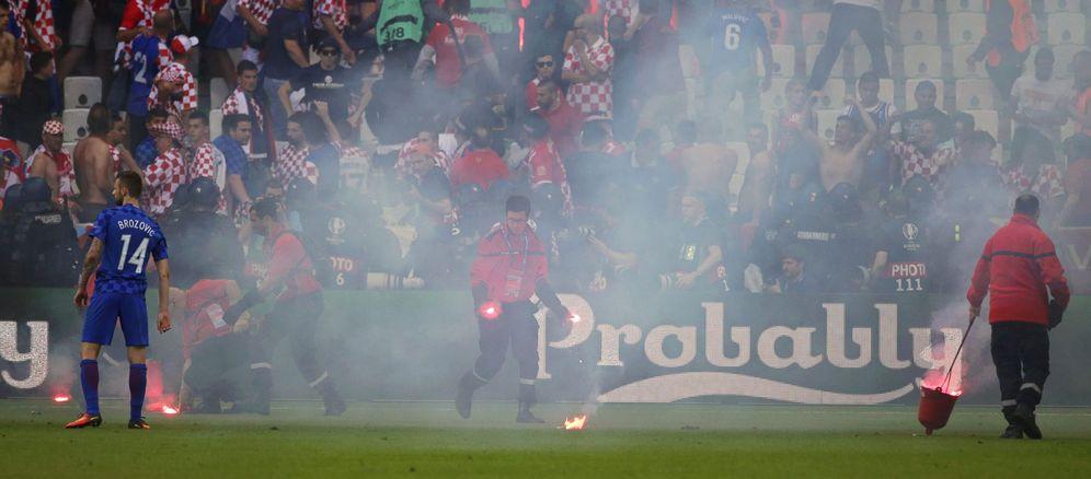 Foto: El lanzamiento de algunas bengalas provocó que se interrumpiera el Croacia-República Checa (EFE)