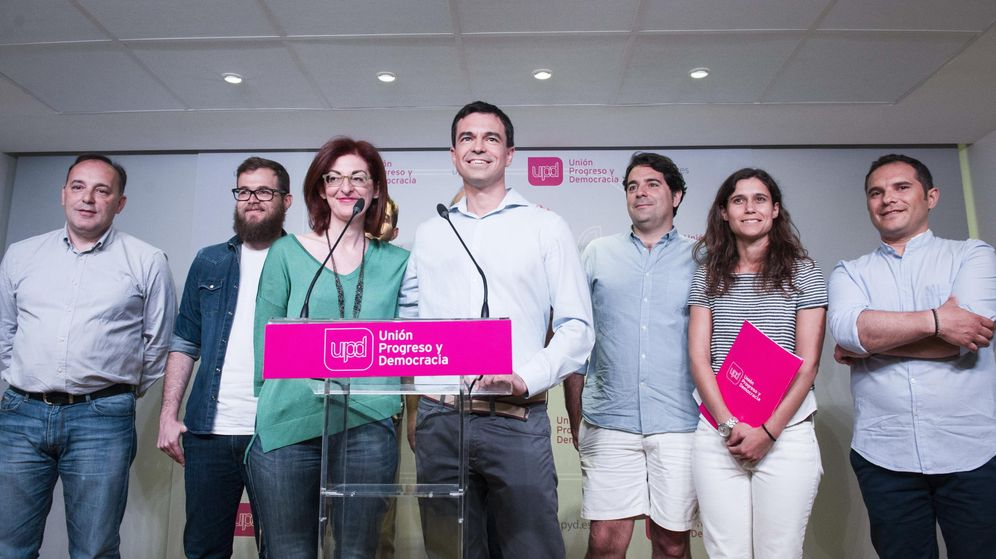 Foto: l nuevo líder de UPyD, Andrés Herzog (4-d), junto a la eurodiputada Maite Pagazaurtundua (3-i) y el resto de su equipo. (EFE)