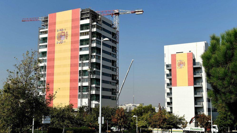 Foto: La bandera más grande de España ondea en Valdebebas, Madrid. (EFE)