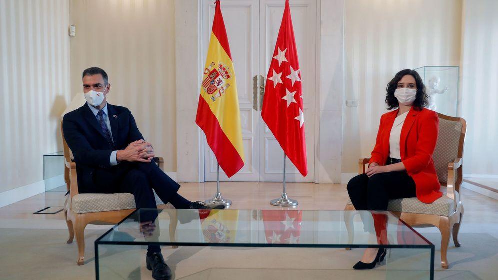 Foto: La presidenta de la Comunidad de Madrid, Isabel Díaz Ayuso, y el presidente del Gobierno, Pedro Sánchez, durante la reunión que han mantenido este lunes en la sede del Gobierno regional. (EFE)