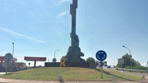 Denunciado Arcadi Espada por pintar una bandera española sobre un lazo amarillo