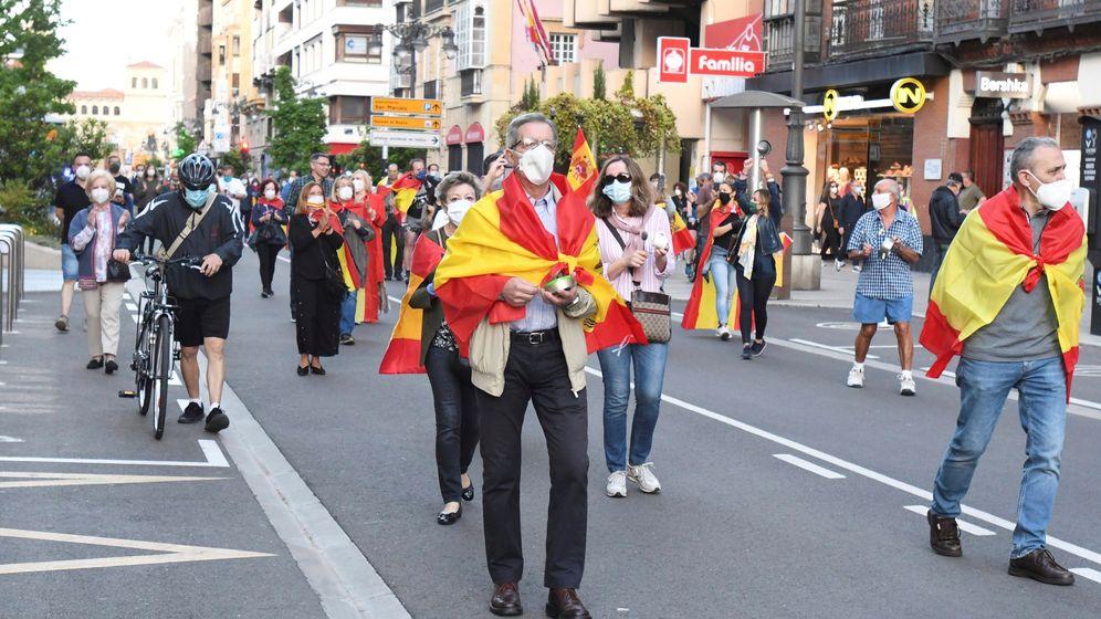 Foto: Cacerolada este lunes en la calle Ordoño II, de León, en protesta por la gestión del Gobierno en la crisis del coronavirus. (EFE)