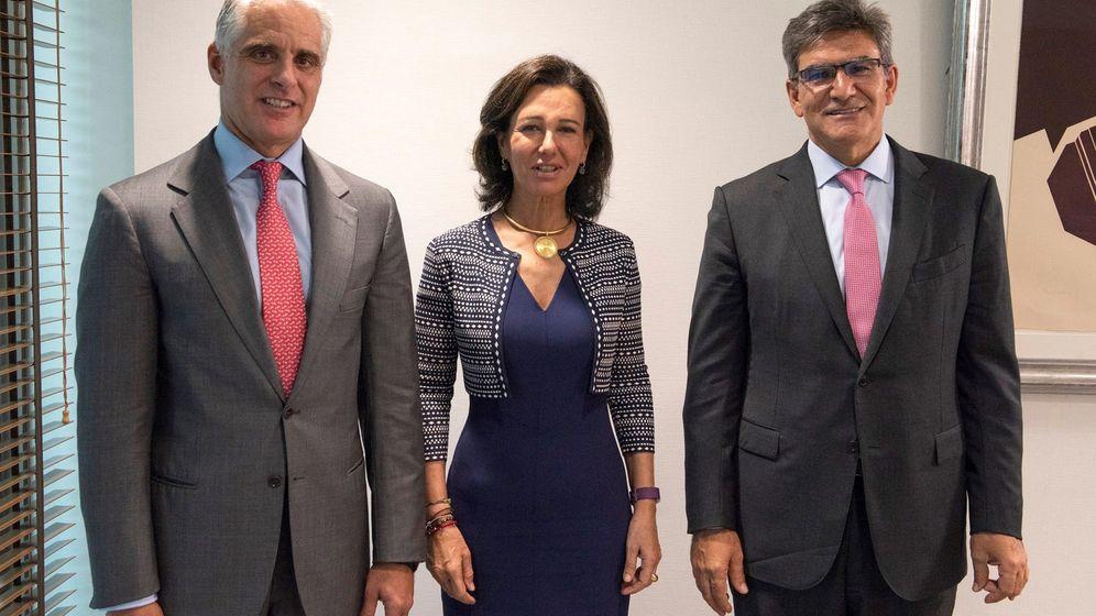 Foto: Andrea Orcel, Ana Botín y José Antonio Álvarez. (EFE)