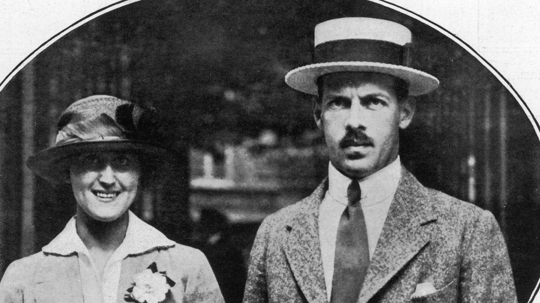 El rey Alejandro de Grecia, tío de la reina Sofía, con su esposa, Aspasia Manos. (Cordon Press)
