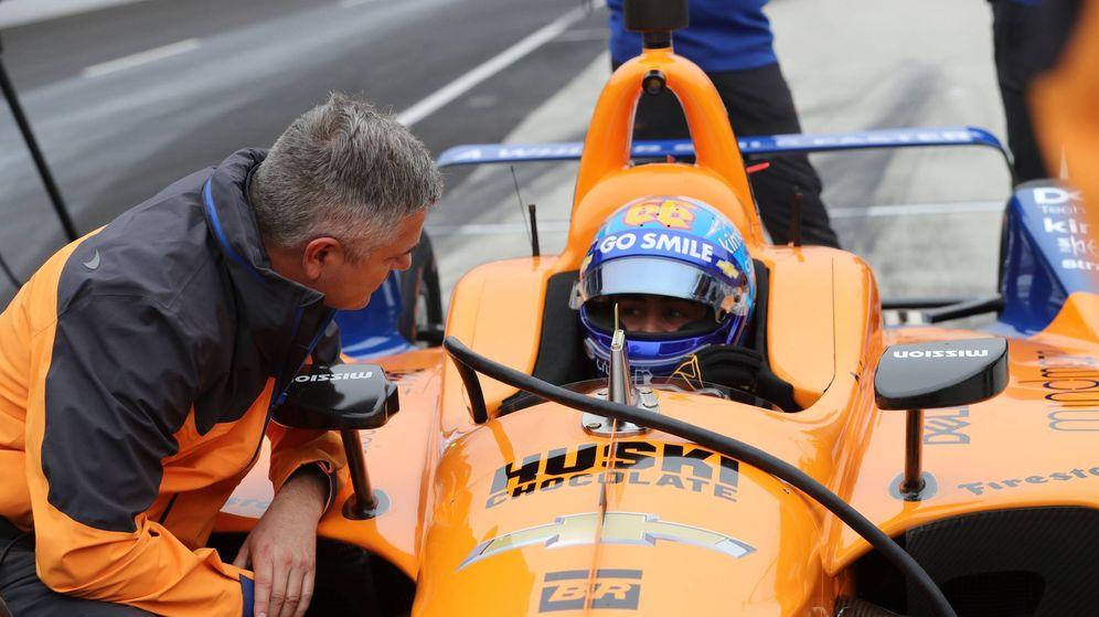 Foto: Fernando Alonso, en el coche, junto a Gil de Ferran. (@McLarenIndy)