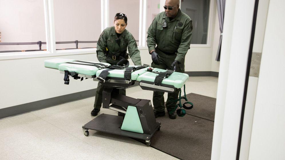 Foto: Fotografía cedida por el Departamento de Correcciones y Rehabilitación de California (CDCR) donde aparecen dos oficiales retirando la camilla de las ejecuciones. (efe)