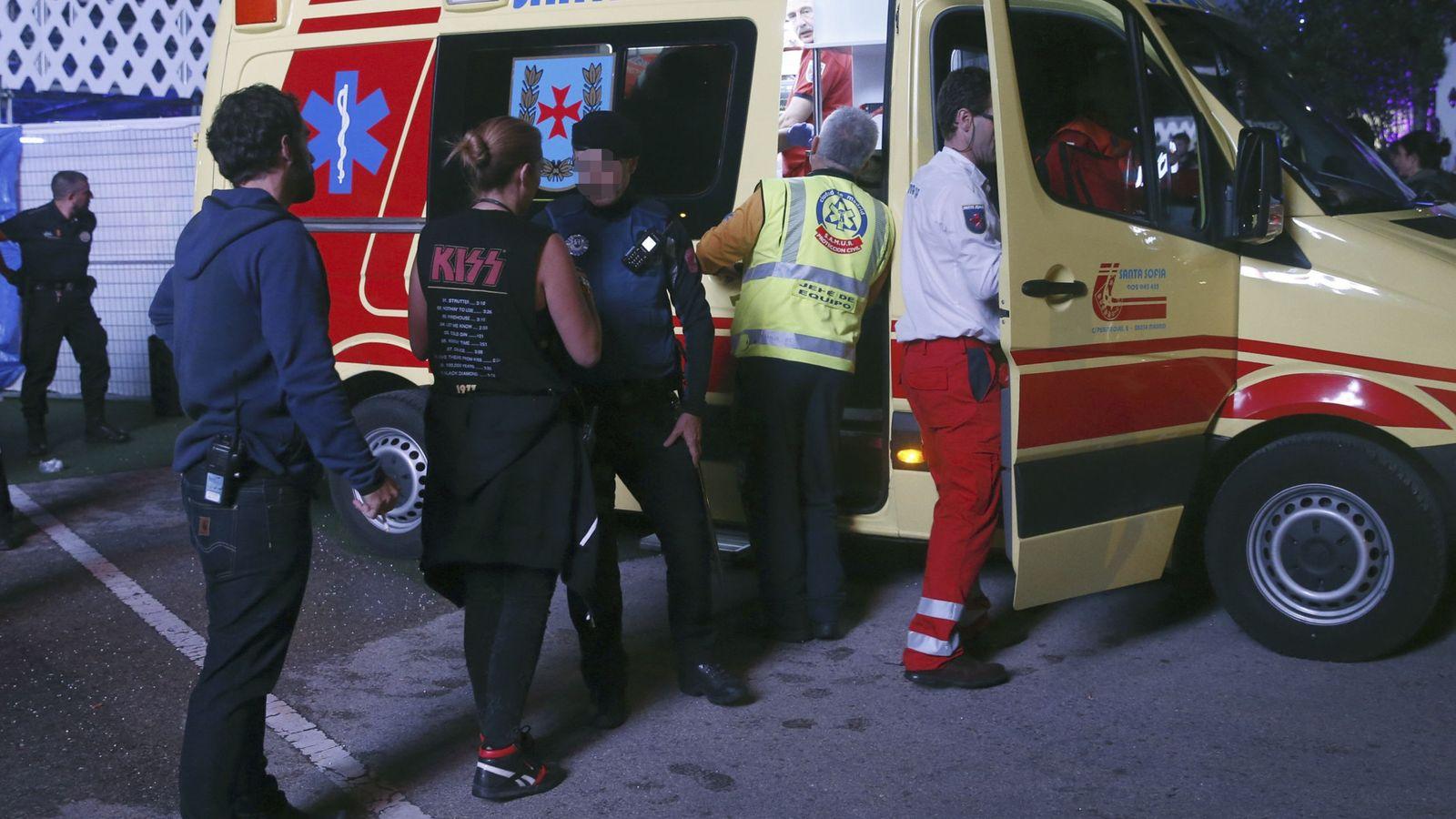 Foto: Miembros de los servicios sanitarios se llevan en ambulancia al acróbata. (EFE)