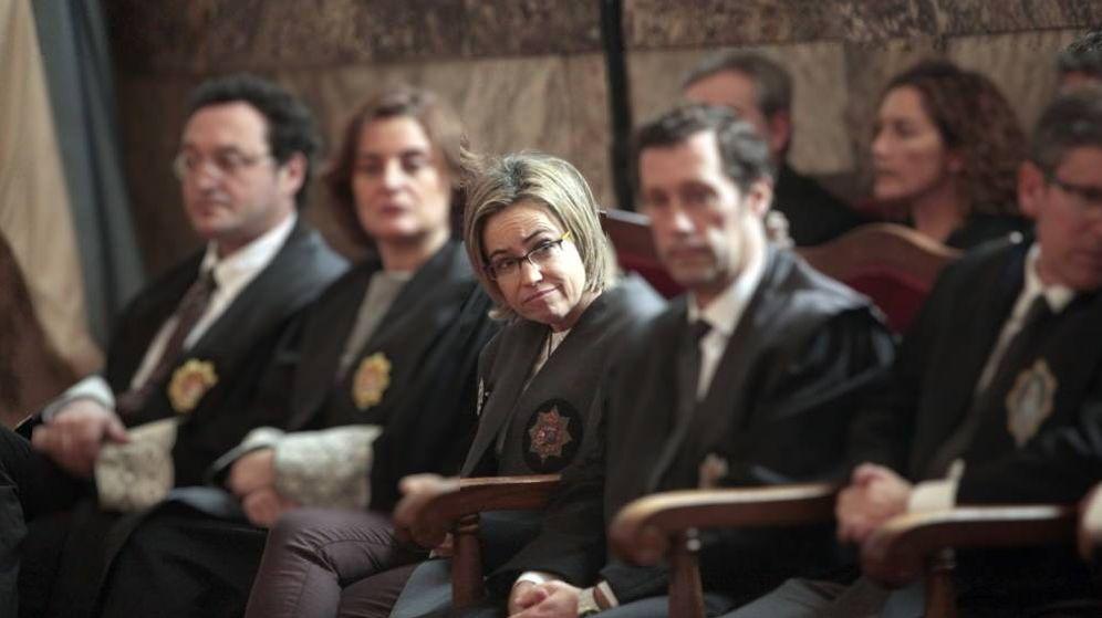 Foto: En el centro, Consuelo Castro, durante la lectura de la sentencia del Prestige. (EFE)