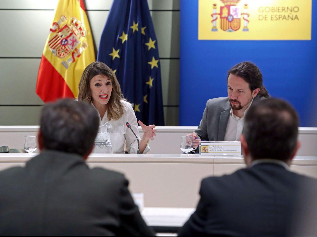 Foto: La ministra de Trabajo, Yolanda Díaz (d), y el vicepresidente del Gobierno, Pablo Iglesias (i), durante una reunión con sindicatos agrarios. (EFE)