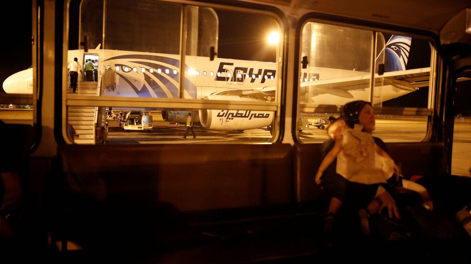Foto: Una pasajera y su hija tras su llegada en un avión de EgyptAir al aeropuerto internacional del Cairo, el 19 de mayo de 2016 (Reuters).