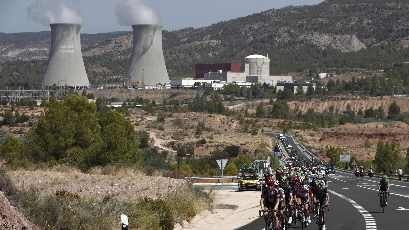 Foto: Al fondo, la central nuclear de Cofrentes. (EFE)