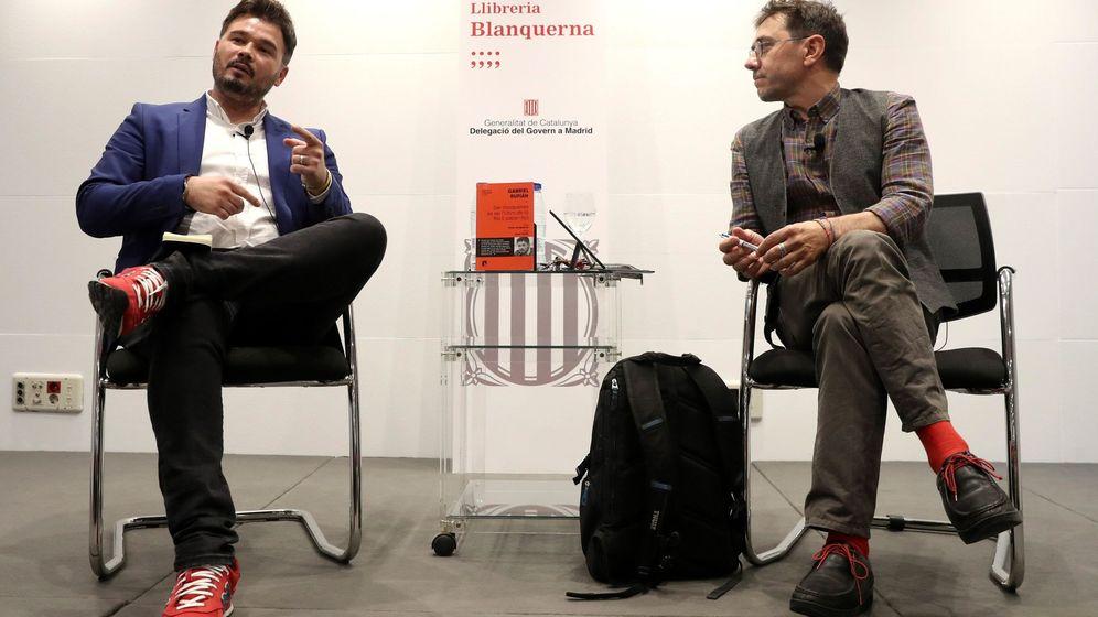 Foto: El portavoz de ERC en el Congreso, Gabriel Rufián (i), junto al cofundador de Podemos Juan Carlos Monedero (d), durante la presentación de su libro. (EFE)