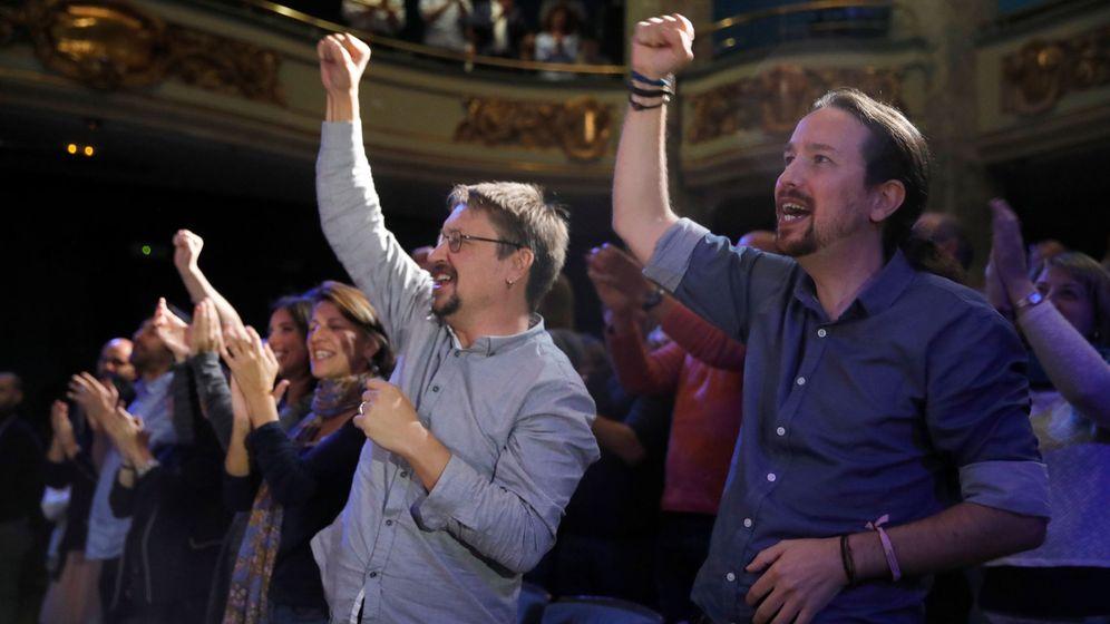 Foto: Pablo Iglesias y el portavoz de En Comú Podem en el Congreso, Xavier Domènech en el acto Conectar España: plurinacionalidad, solidaridad, fraternidad. (EFE)