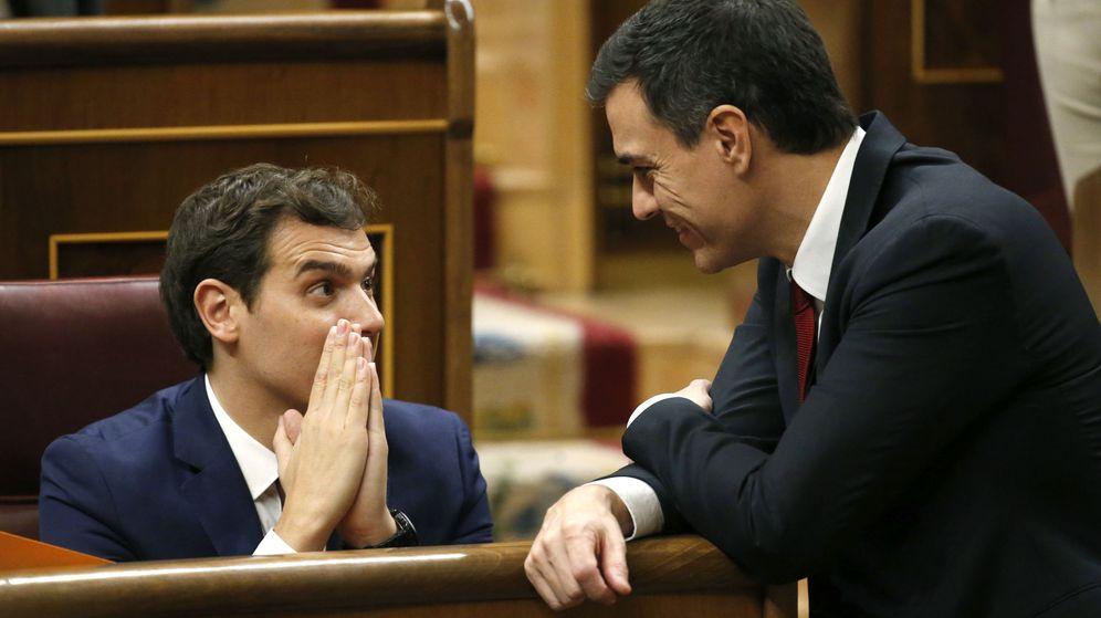 Foto: El secretario general del PSOE, Pedro Sánchez, junto al líder de Ciudadanos, Albert Rivera, en el Congreso el pasado 13 de enero. (EFE)