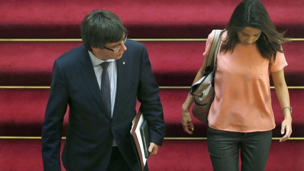 Foto: El presidente de la Generalitat, Carles Puigdemont, y la líder de Ciudadanos en Cataluña, Inés Arrimadas. (EFE)