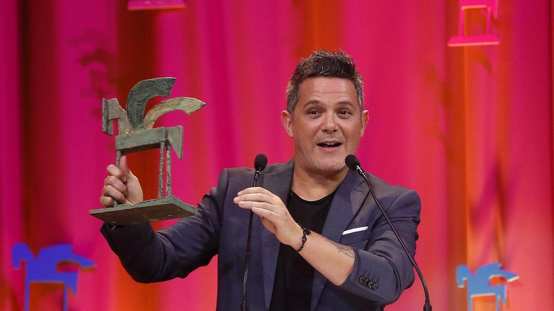 El cantante Alejandro Sanz tras recibir el premio Artista del Año, durante la gala de los Premios Ondas 2017. (EFE)