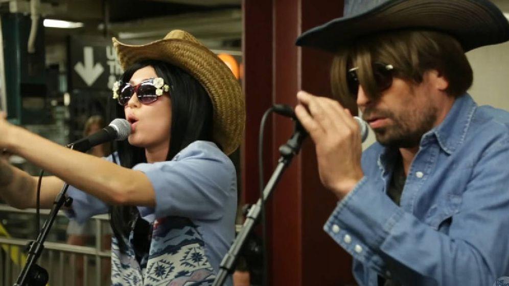 Foto: Miley Cyrus y Jimmy Fallon cantando en el metro de Nueva York. (YouTube)