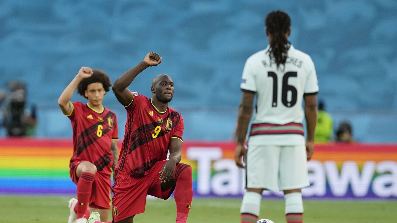 Bélgica se arrodilló frente a Portugal, mientras que sus rivales prefirieron no sumarse. (Reuters)