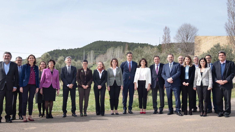 La presidenta del Gobierno de La Rioja, Concha Andreu, y el presidente del Gobierno, Pedro Sánchez posan con 12 ministros y otros miembros del gobierno tras la primera reunión de la Comisión Delegada para el Reto Demográfico, mantenida este viernes en la Bodega institucional La Grajera en Logroño. (EFE)